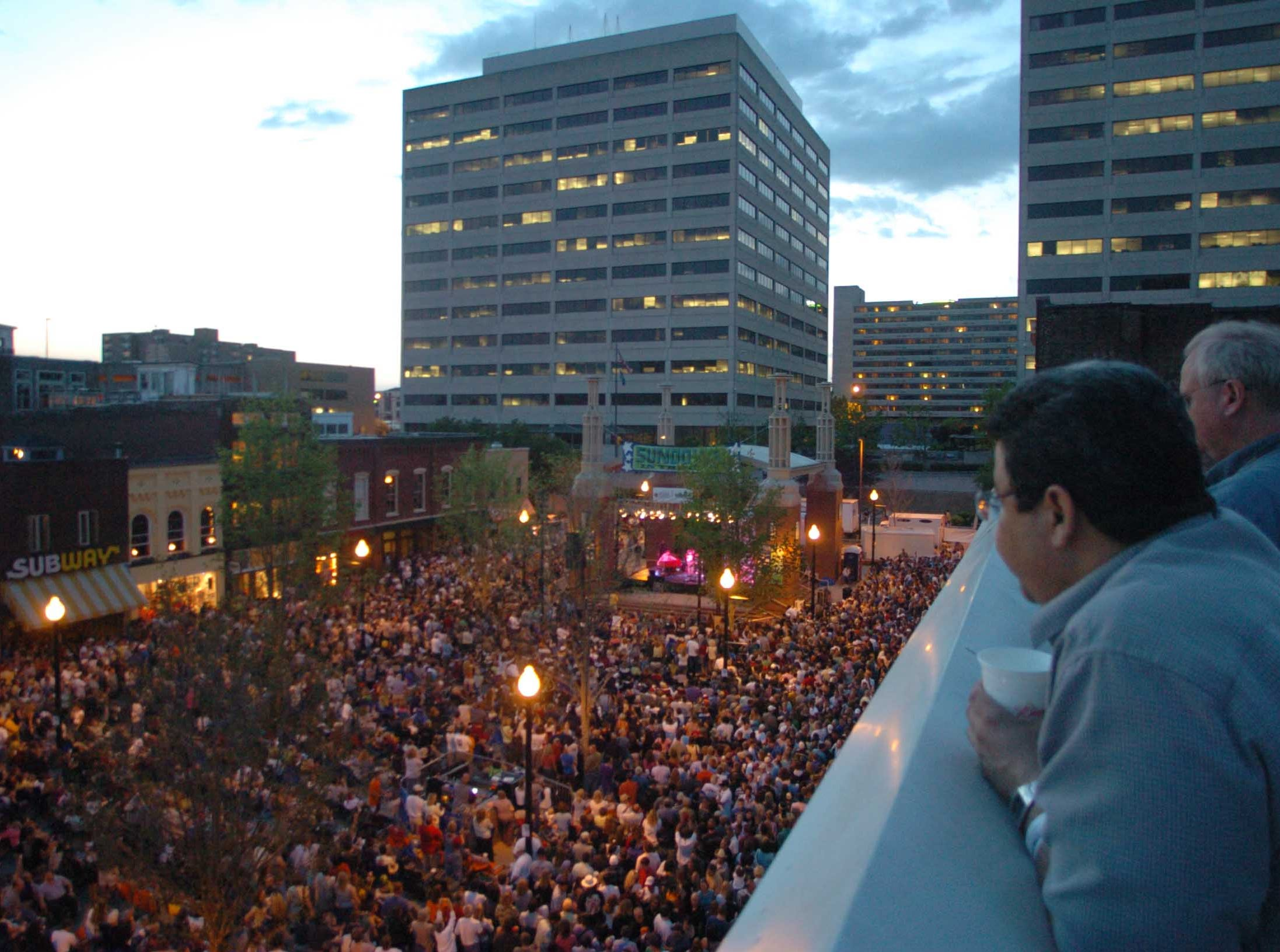 In an April 21, 2005 photograph, a large crowd turns out to see Hector Qirko Band and Steve Winwood perform during Sundown in the City at Market Square.  (Jeff Adkins/News Sentinel)