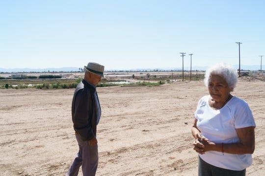 Miguel y Rebeca Zapata caminan sobre un tramo de terracería ubicado entre su patio y las orillas del Río Nuevo.