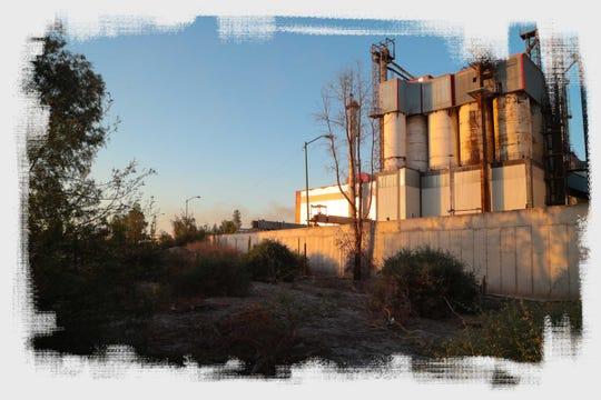 La fábrica Fevisa fabrica botellas de vidrio en el ejido El Choropo, un barrio ubicado al sur de Mexicali. La planta quema gas natural y sus emisiones están reguladas por el gobierno federal en México.