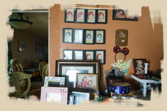 Fotos familiares colgadas en una pared en la casa de Ernestina Calderón en Calexico.