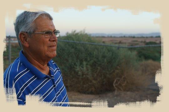 Ciro Calderón observa por encima del New River, desde el Nosotros Park en Calexico.