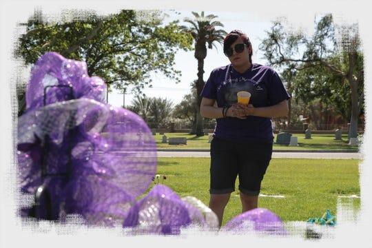 Michelle Dugan-Delgado visita la tumba de su hermana Marie en el Cementerio Coachella Valley, en Coachella, California, 2018. Marie murió de un ataque de asma en El Centro, California, en el 2009.