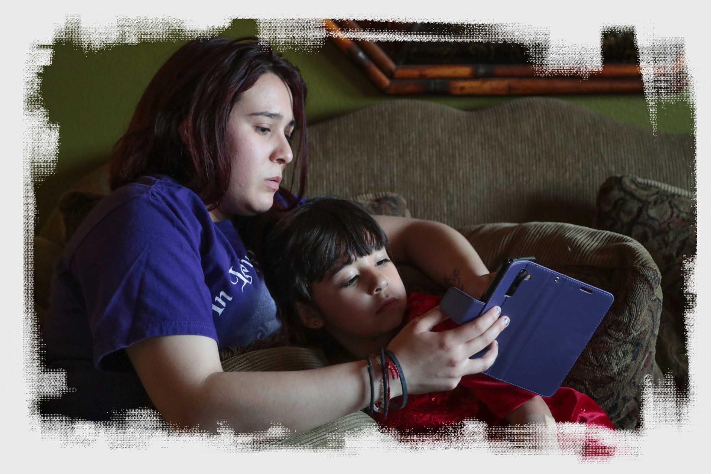 Michelle Dugan-Delgado sentada a lado de su hija Marie, en Coachella, California, el 27 de abril de 2018.