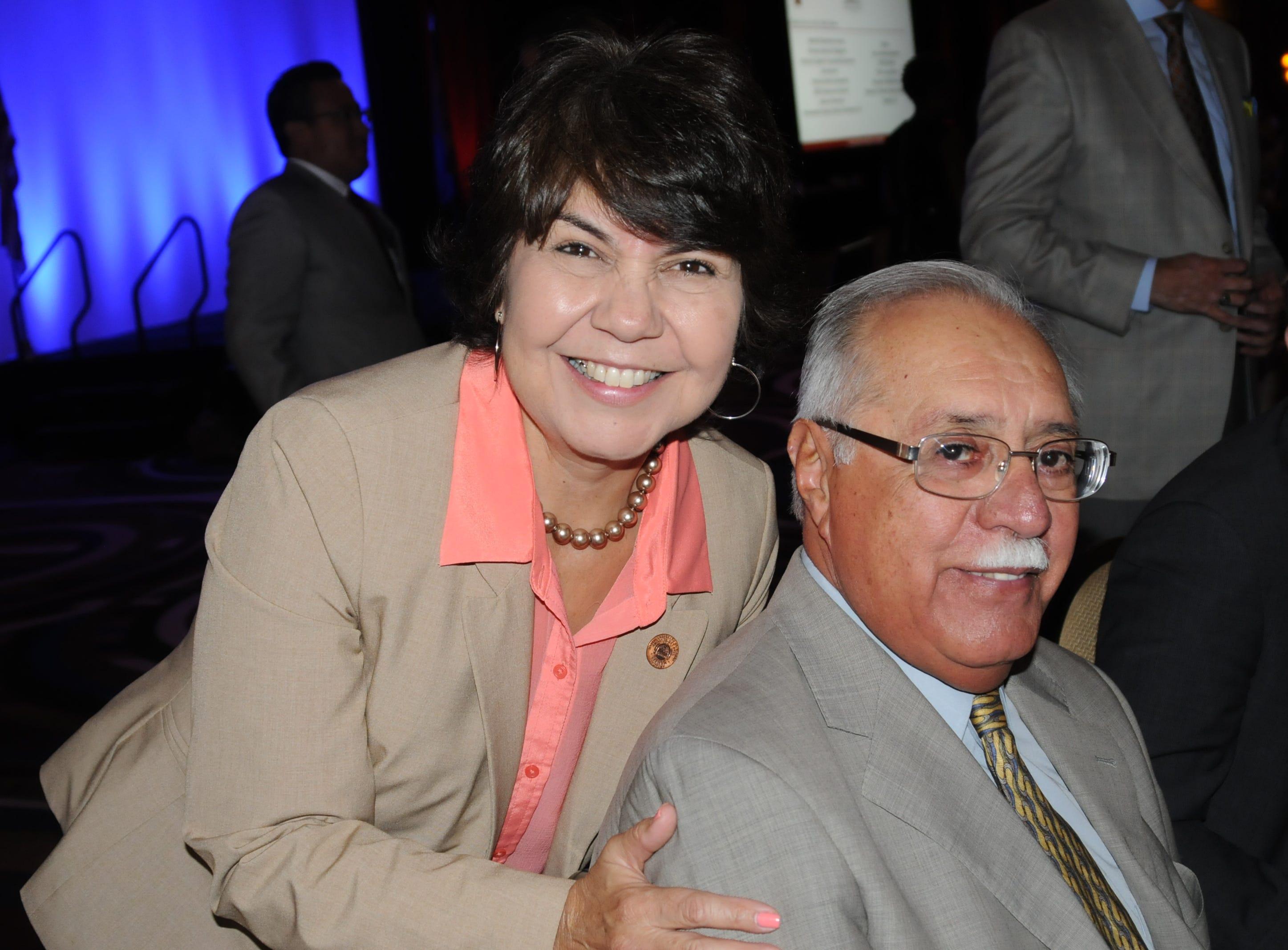 CHARLENE FERNÁNDEZ, SENADORA ESTATAL EN ARIZONA -- Ed Pastor fue mi jefe, mentor e ídolo. Lideró con el ejemplo. Nos enseñó a trabajar duro, mantenernos humildes y tratar a todos con dignidad y respeto sin importar nuestras diferencias. Allanó el camino para muchos de nosotros y siempre estaremos agradecidos de haberlo conocido.