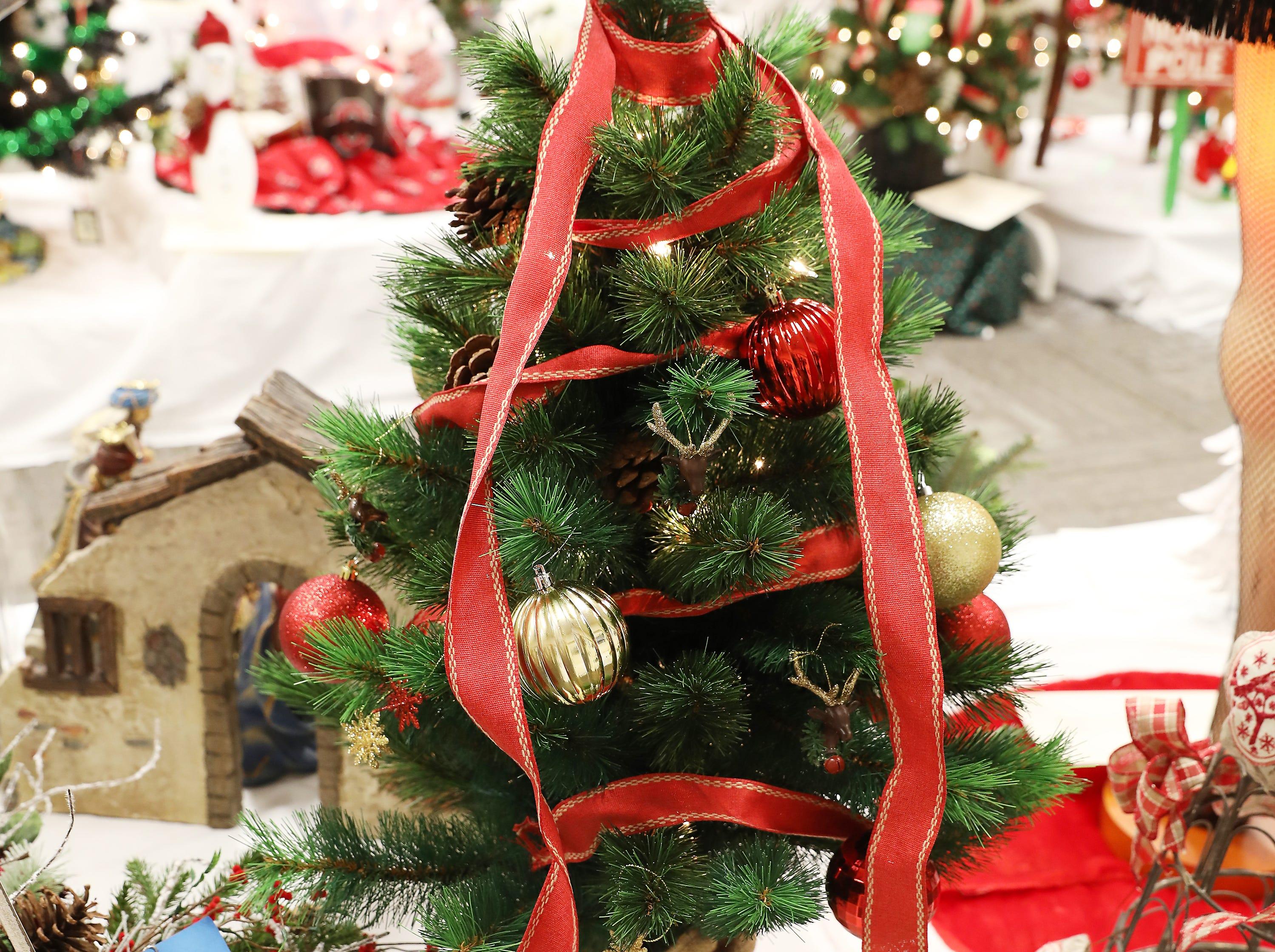 1723:45 PMBi-Con ServicesMini TreeFarmhouse ChristmasA mini tree decorated in a rustic farmhouse theme.$150 gift card to Adornetto's, Giacomo's, Old Market House Inn.