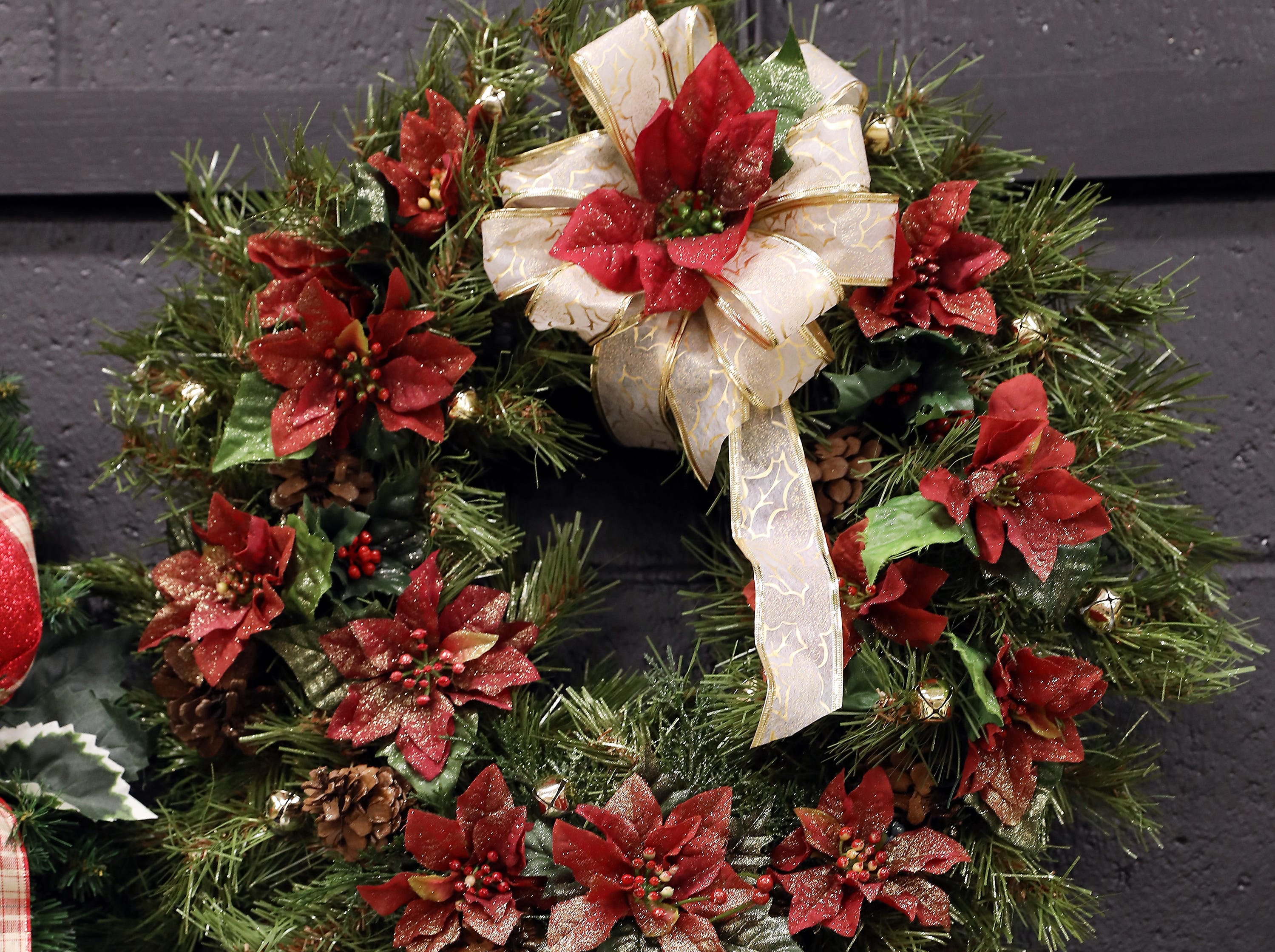 "67	11:15 AM	Eat in Muskingum County	Wreath	Christmas Delight	A 24"" green wreath decorated with maroon poinsettias, jingle bells and gold ribbon.		$50 Buffalo Wild Wings gift card, 1 free meal from Tee Jaye's and 5 - $5 off from Olive Garden."