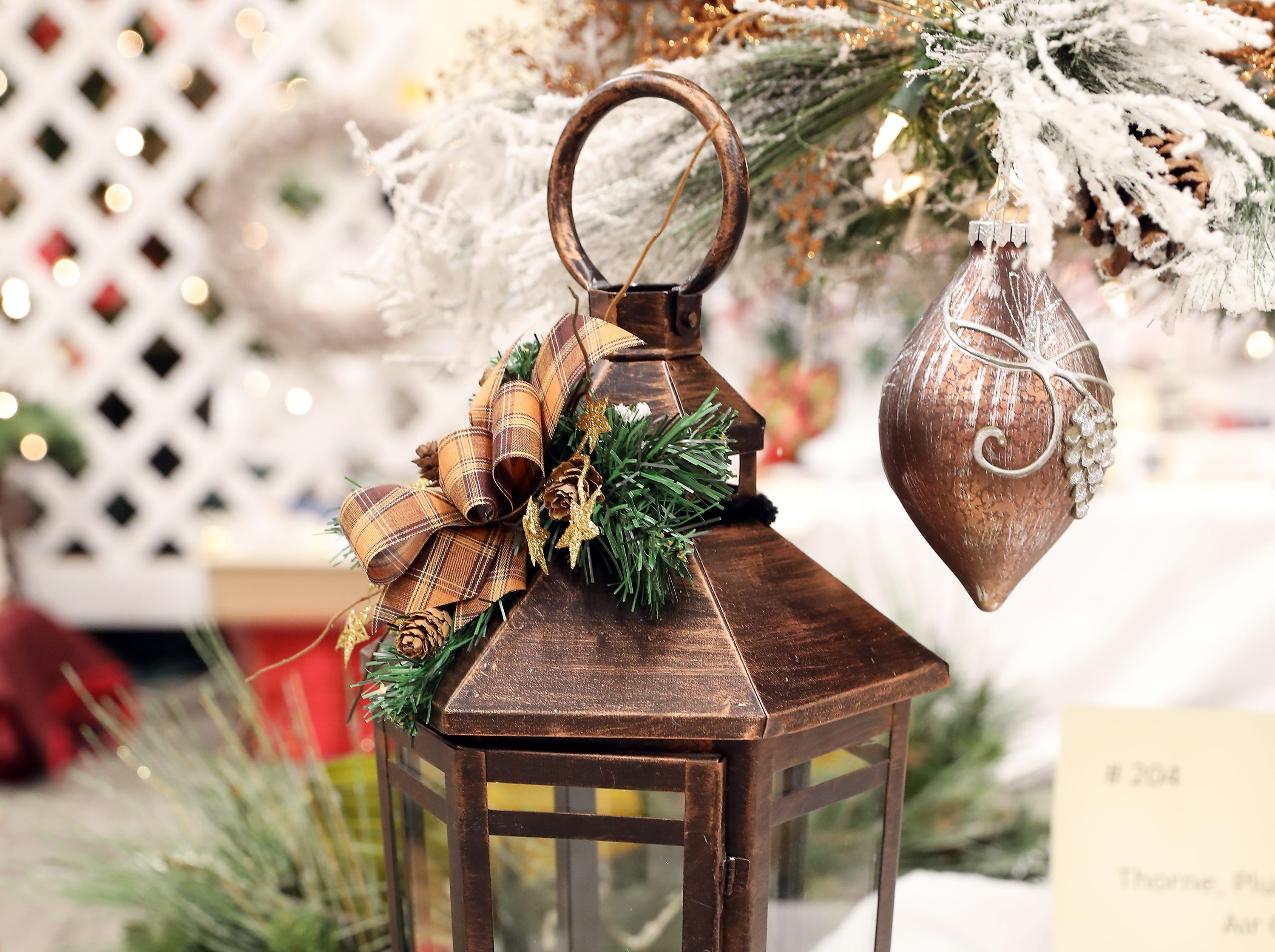 "127	2:00 PM	The Pampered Chef Troy Ball Independent Consultant	Centerpiece	Lead the Way	A Christmas lantern decorated with greens and a Christmas candle. 		$50 gift certificate (redeemable through Troy Ball) and all the food for an in home ""Pampered Chef"" kitchen show."