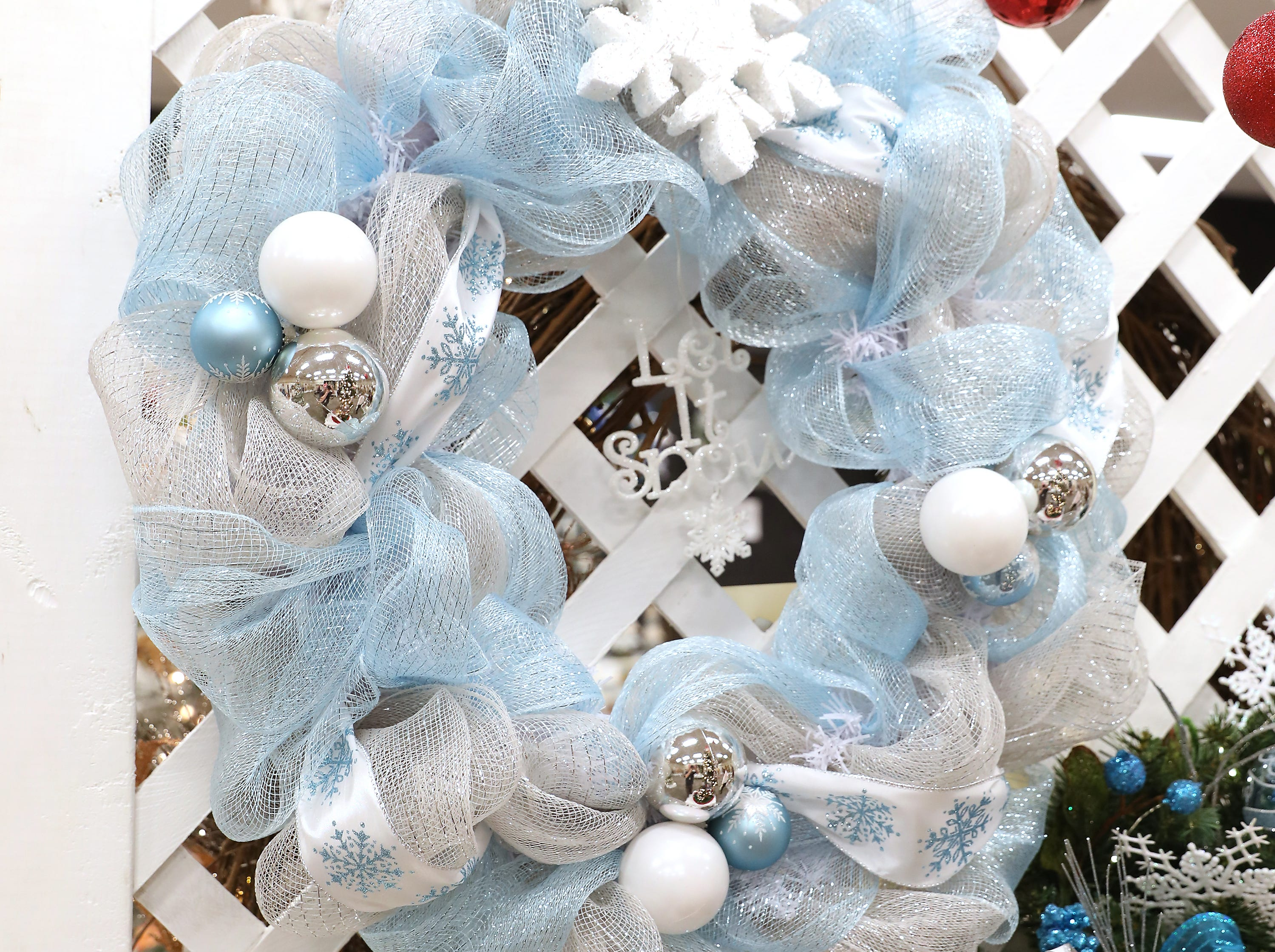 39	10:15 AM	Lisa at Liberty National	Wreath	Let it Snow!	A blue, silver and white winter wreath decorated with snowflakes and bulbs.  This wreath can stay up all winter long.		$50 gift card to Alexia at Clound 9.