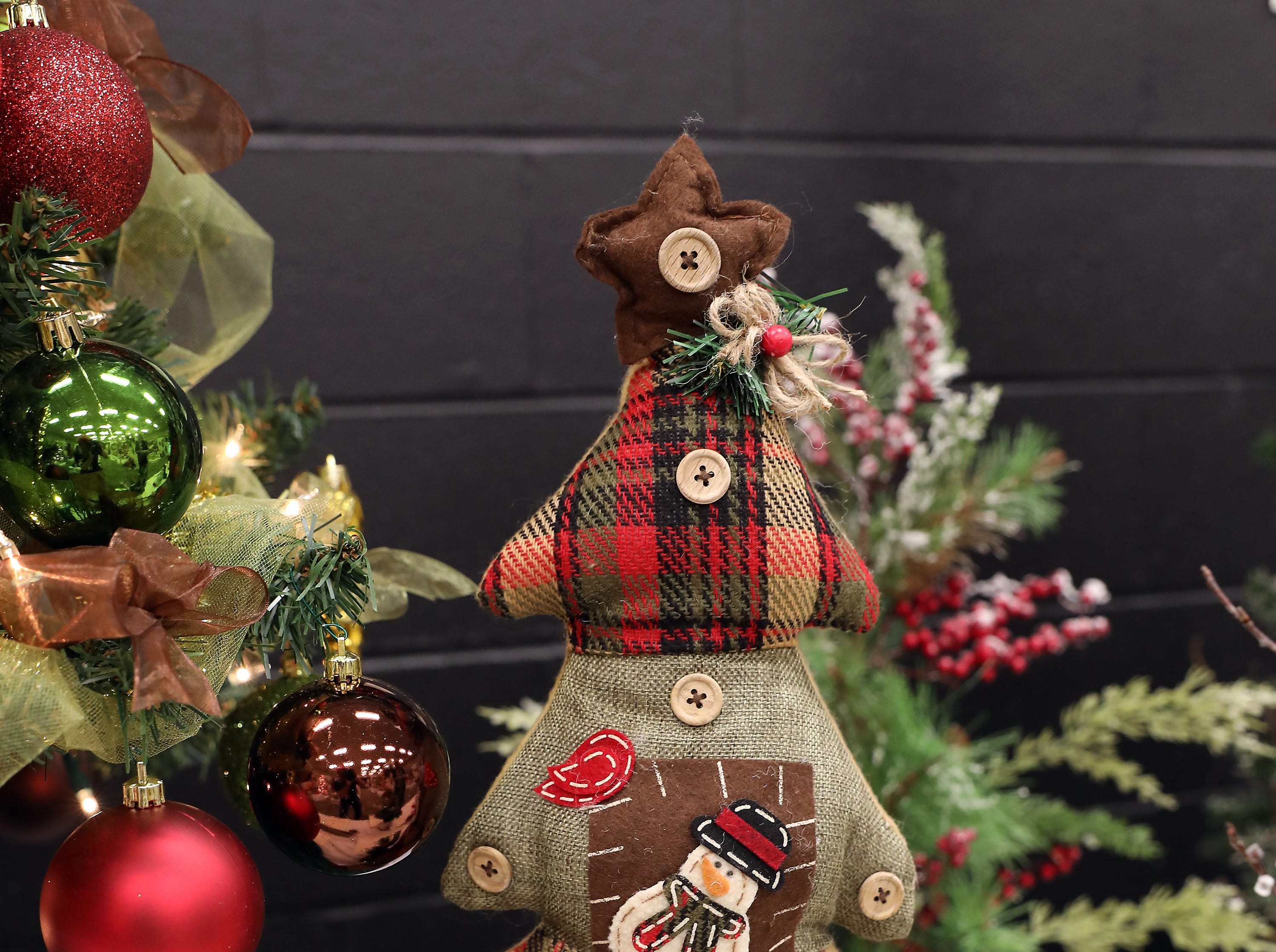 "8	9:15 AM	Buffalo Wild Wings	Mini Tree	An Old Fashioned Holiday	This 20"" cloth plaid Christmas tree will bring warmth to your holidays with red, green and brown plaid, buttons, snowmen, pine and pine cones.		$50 Buffalo Wild Wings gift card."