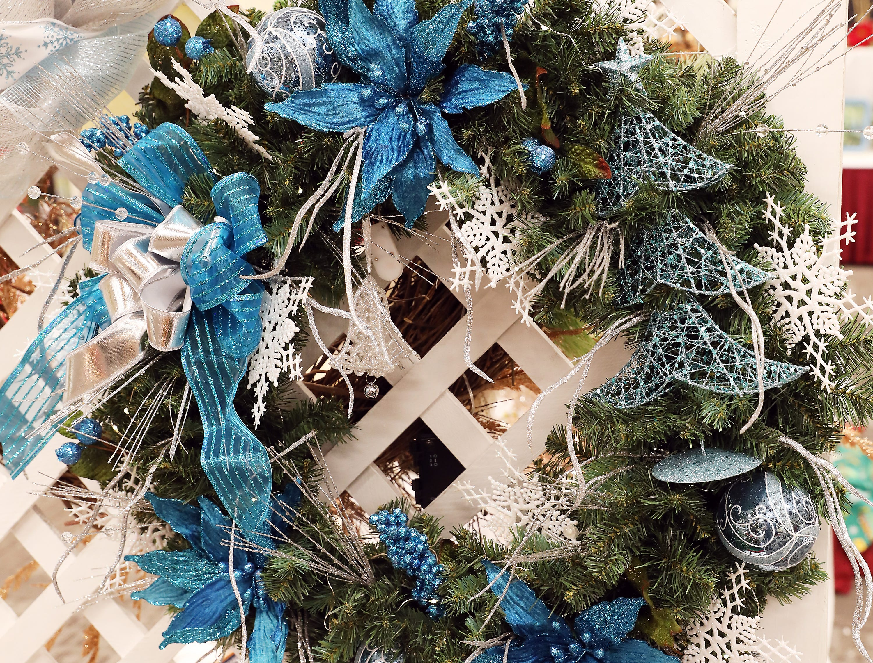 177A3:45 PMBeeClean Car WashWreathChristmas in TealA beautiful green pine wreath with clear lights decorated with teal and white accents.3 -$100 gift cards to BeeClean Car Wash and 3 car wash buckets filled with all your car washing needs.