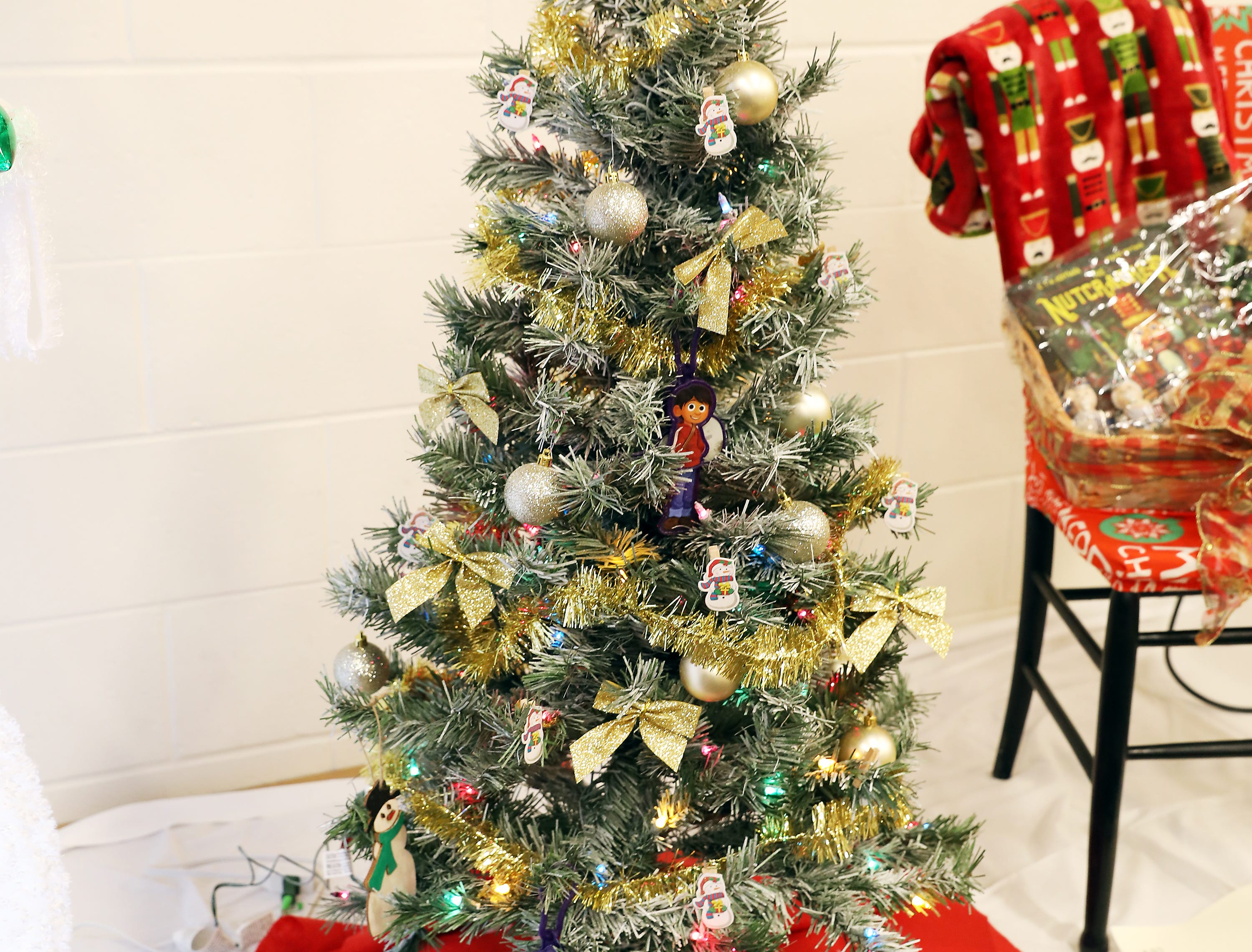 1643:15 PMPar Mar Oil CompanyMedium TreeKids ChristmasA medium green prelit tree decorated with gold bulbs and gold stars.Gift card from Par Mar and other items