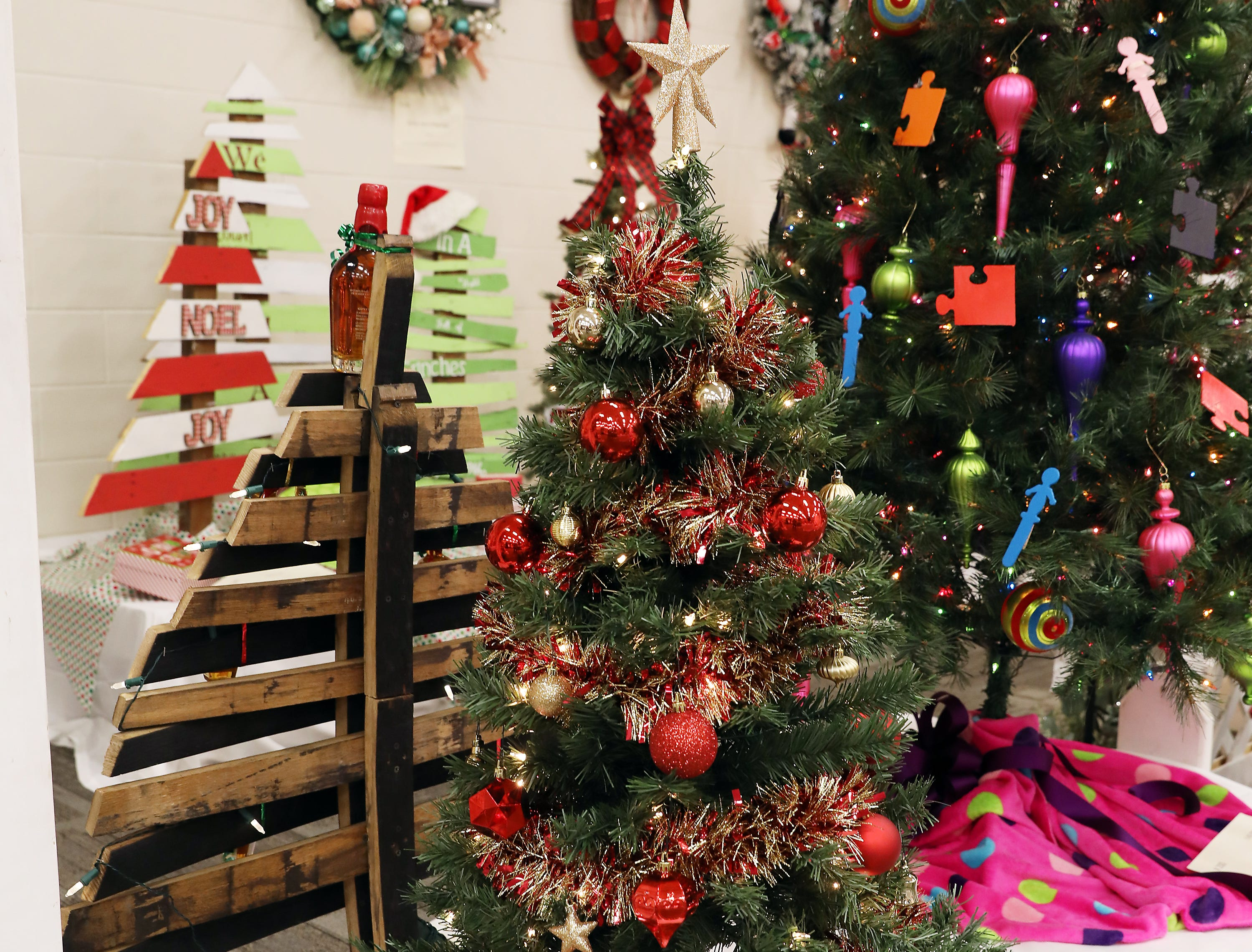 1603:15 PMMaxwells PizzaMedium TreeA Tour of ZanesvilleA medium tree filled with gift cards from all local Zanesville businesses.10 gift cards from Zanesville local businesses.  Get out and see what Zanesville has to offer. $10 Bryan Place, $10 Ditty's Downtown Deli, $10 Tom's Ice Cream Bowl, 2 Large Pizza from Maxwells Pizza,  $10 Muddy Miser, $10 The Barn, $10 Campbells, $10 Eaglesticks Golf Course, $10 Southtown Gym, $10 The Walk.