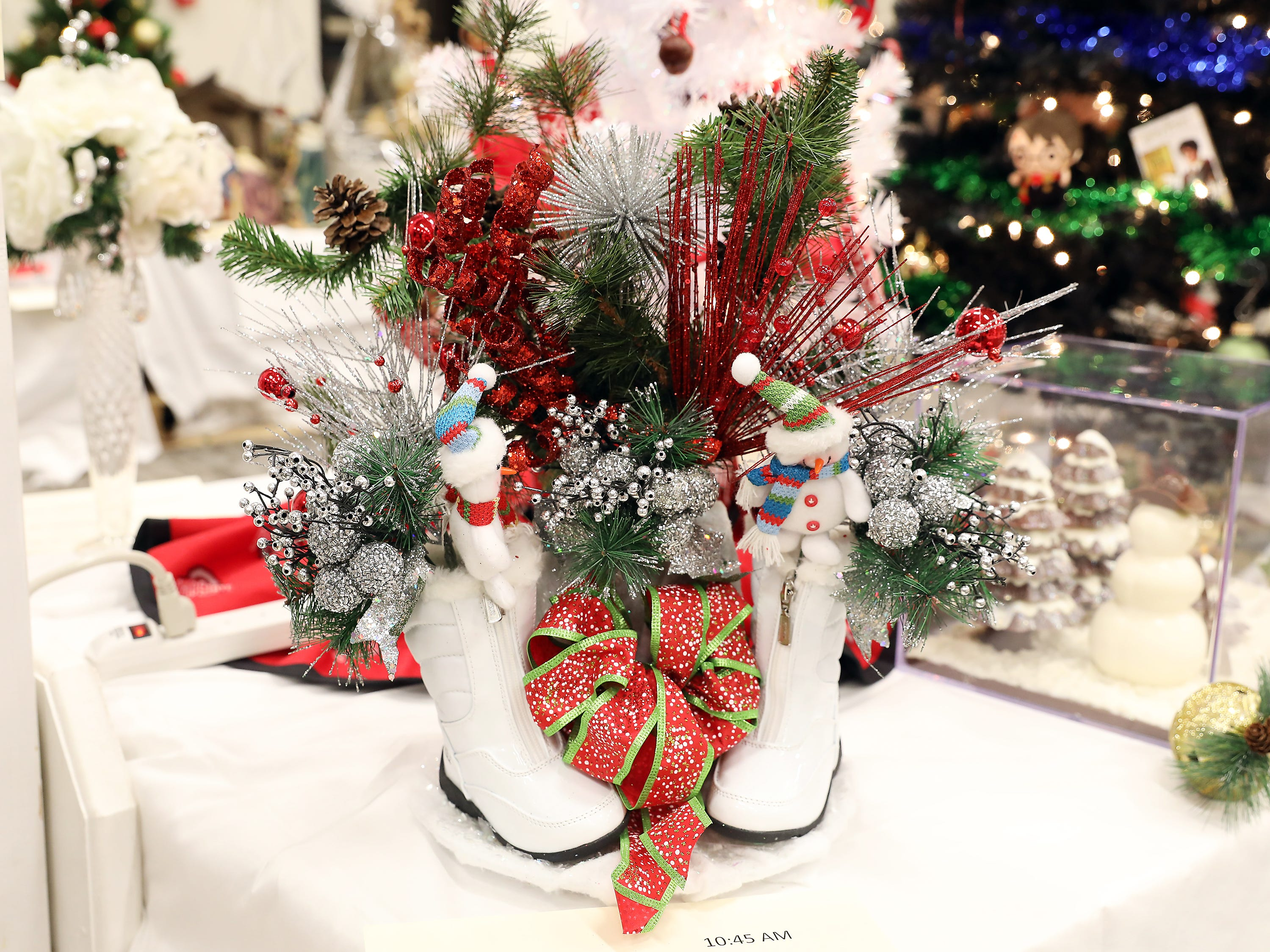 52	10:45 AM	Shoe Sensation	Centerpiece	Christmas	A holiday centerpiece.		$50 Shoe Shoe Senation gift card, now located at Northpointe Shopping Center!