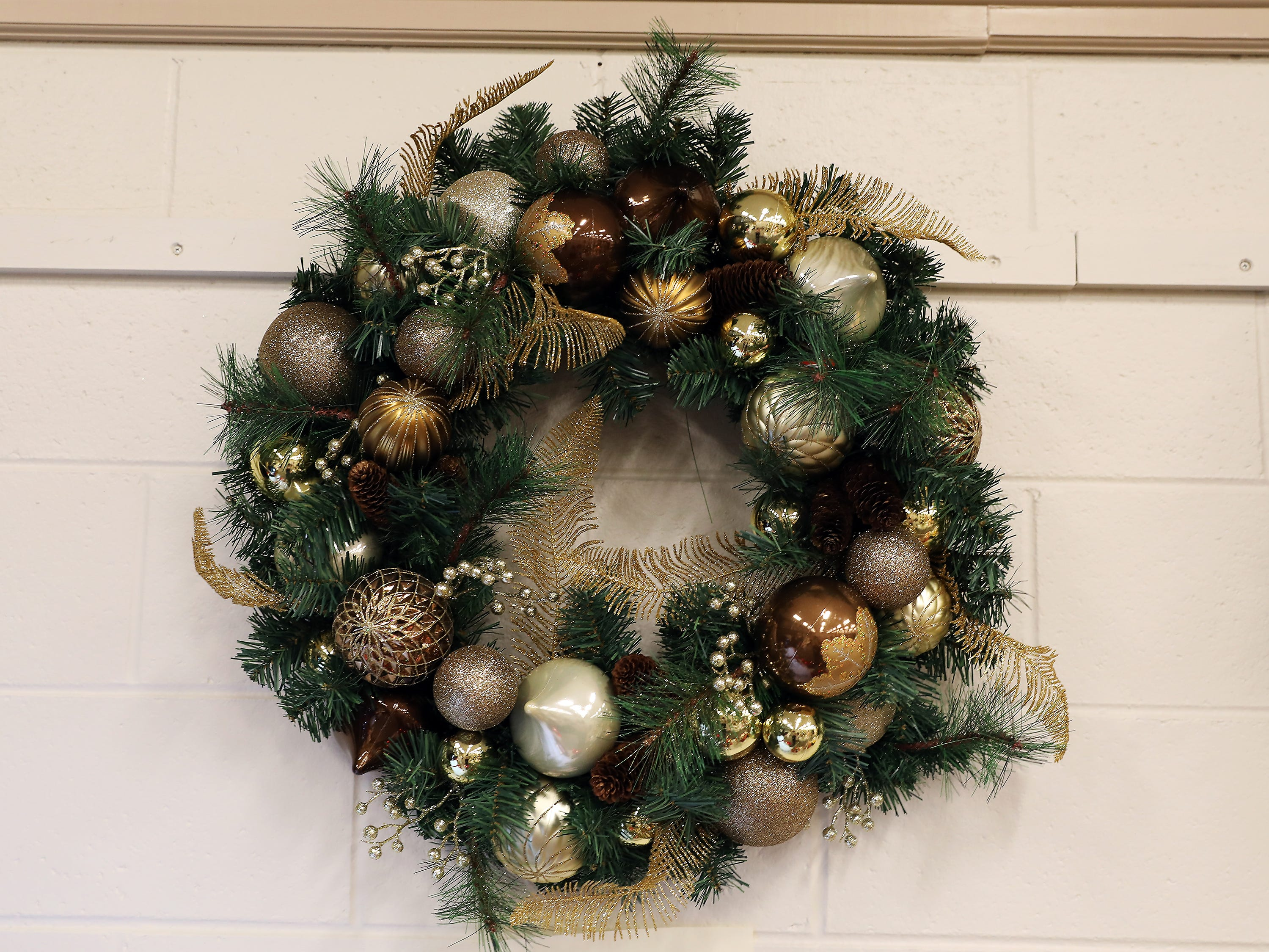 99	1:00 PM	Hospice of Central Ohio	Wreath	Christmas in Silver and Gold	A winter wreath decorated in silver and gold ornaments.		$50 gift card to your choice Adornetto's Giacomo's, Old Market House Inn.
