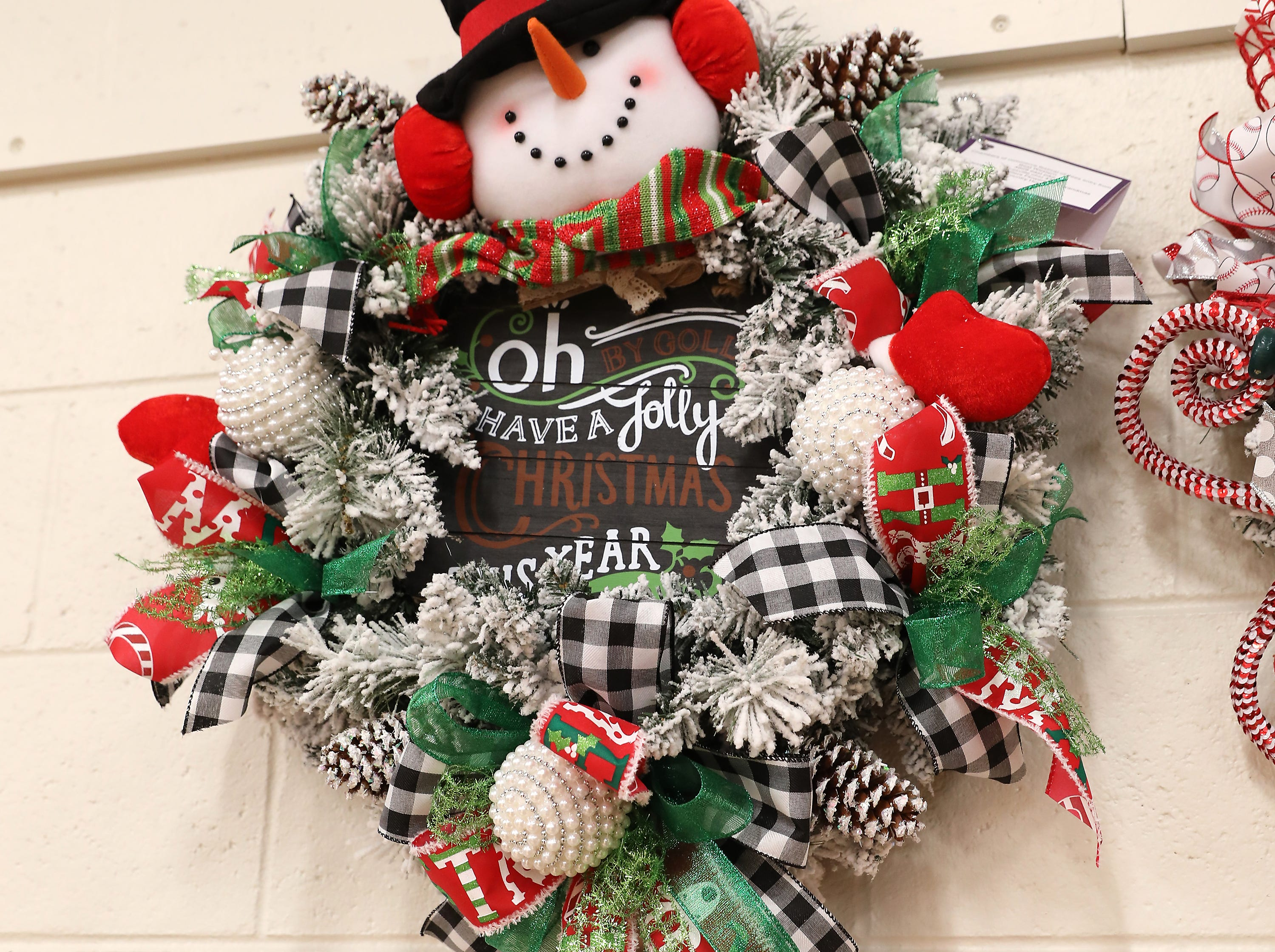 "43	10:30 AM	Best Western	Wreath	Have a Jolly Christmas	A white flock 22"" wreath decorated snowballs and snowmen with red and green accent ribbon.		1 night stay at Best Western of Zanesville"