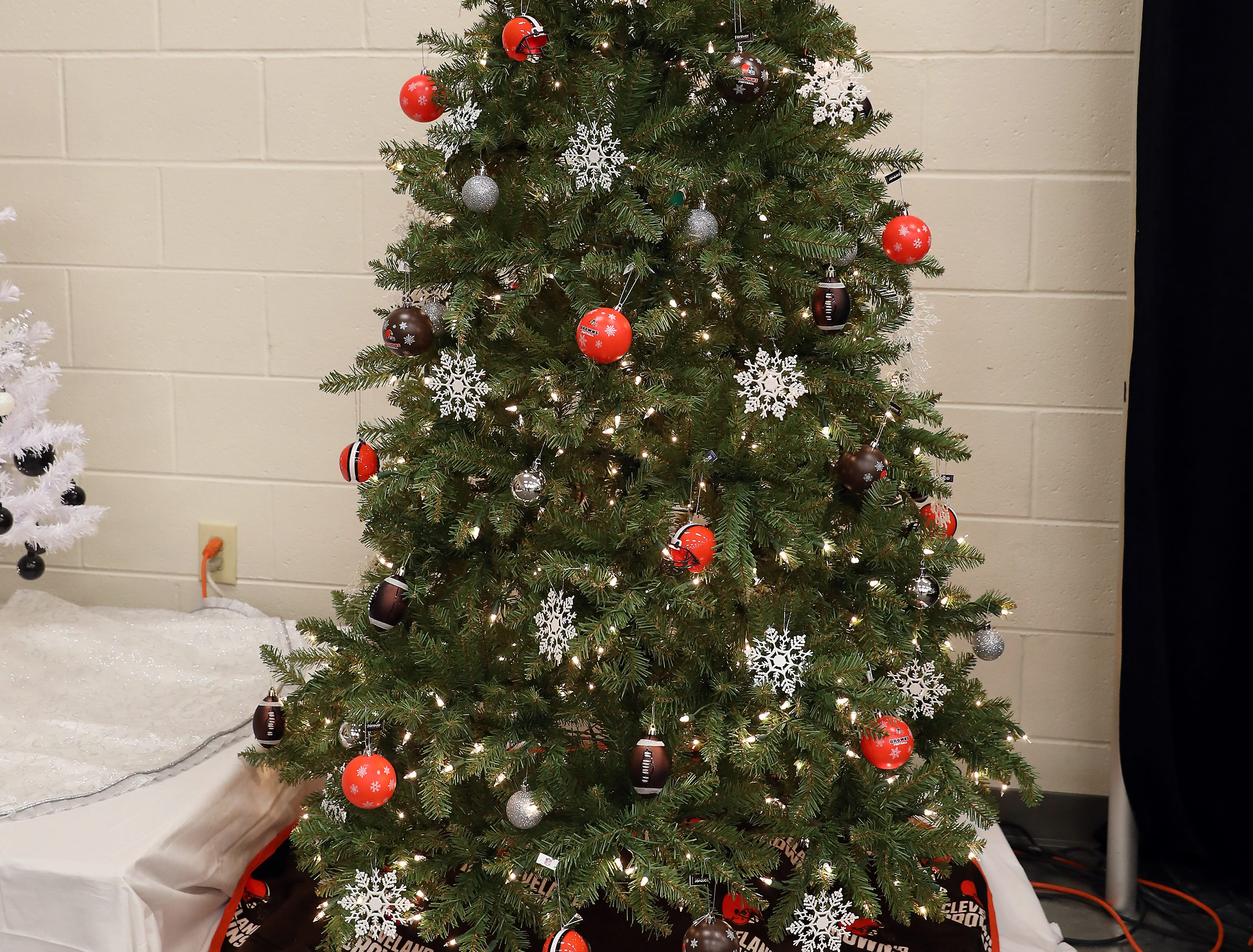 """2105:15 PMFanaticsLarge TreeCleveland Browns6' 5"""" pre-lit Christmas tree decorated to the nines with Cleveland Browns adornments.Perfect gift package for any Cleveland Browns fan!  Package is made up of accessories and apparel, flags, backpack, bankets, Baker Mayfield jersey and more!"""