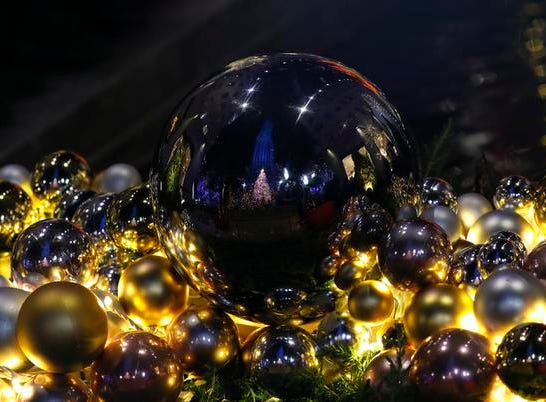 epa07196651 The Rockefeller Center Christmas Tree is reflected in Christmas ball ornaments after the annual tree lighting ceremony at the Rockefeller Center in New York, New York, USA, 28 November 2018. This is the 86th annual Rockefeller Center Christmas Tree Lighting Ceremony.  EPA-EFE/JASON SZENES