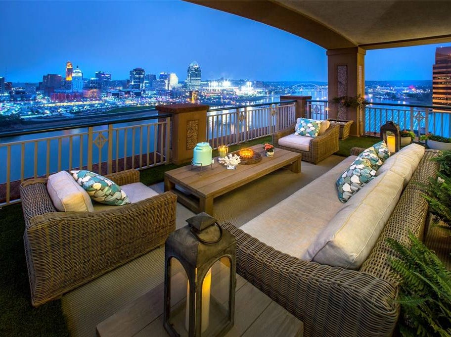 The unit also features a spacious outdoor balcony with Downtown and Ohio River views.