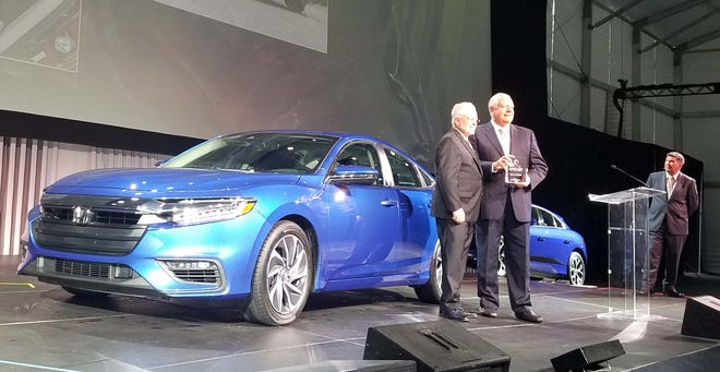 Ray Mikiciuk, VP for Honda Sales North America, accepts the Green Car of the Year award for the Honda Insight hybrid.