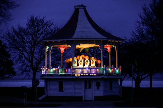 Fon Lakeside Park Christmas Lights 112818 Dcr0027