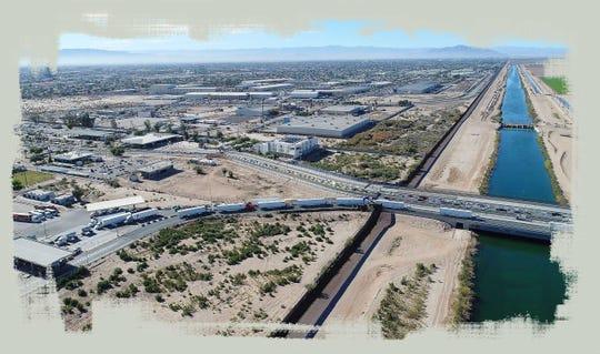 Autos y camiones hacen fila para cruzar de Mexicali a California. A lo largo de la frontera se encuentra el Canal All-American, que distribuye el agua del río Colorado a las tierras de cultivo en el Valle Imperial.