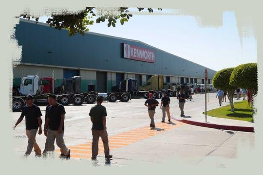 Hombres salen de trabajar de la fábrica Kenworth en Mexicali, durante un cambio de turno el 6 de junio del 2018.