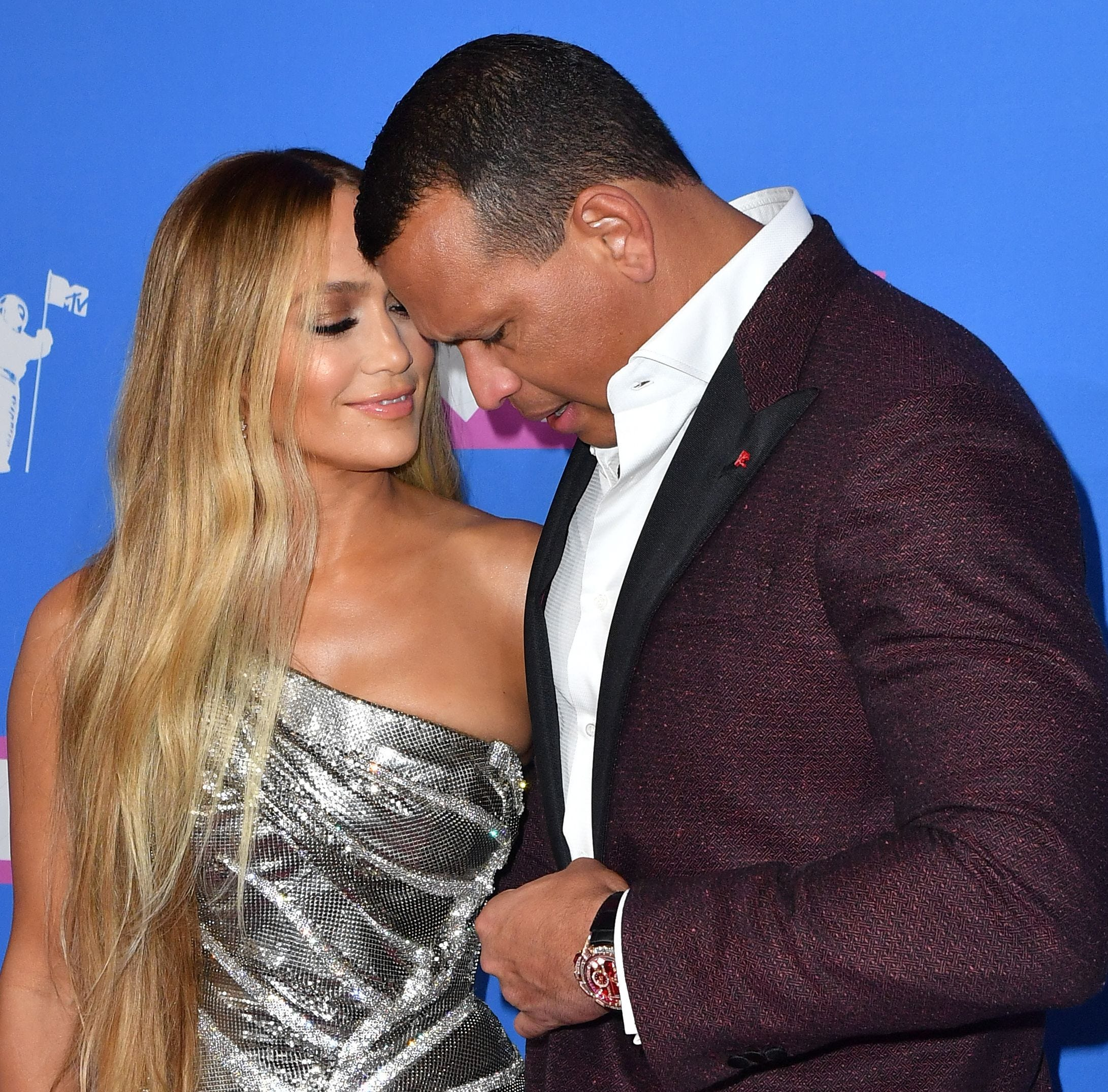 TOPSHOT - US singer Jennifer Lopez (L) and former US baseball player Alex Rodriguez attend the 2018 MTV Video Music Awards at Radio City Music Hall on August 20, 2018 in New York City. (Photo by ANGELA WEISS / AFP)ANGELA WEISS/AFP/Getty Images ORG XMIT: 2018 MTV ORIG FILE ID: AFP_18H94R
