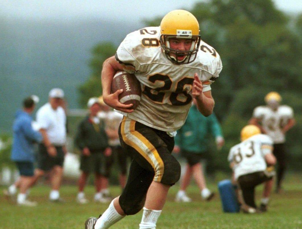 Windsors' Matt Warren runs the ball during a practice at Windsor High School for 1999 high school football preview.