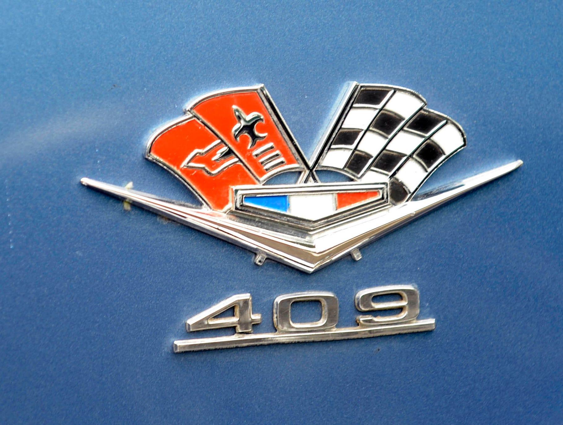 A 409 Cubin Inch Chevy engine logo of a 1962 Chevrolet Impala Super Sport owned by  John Schraufnagel in Birmingham.