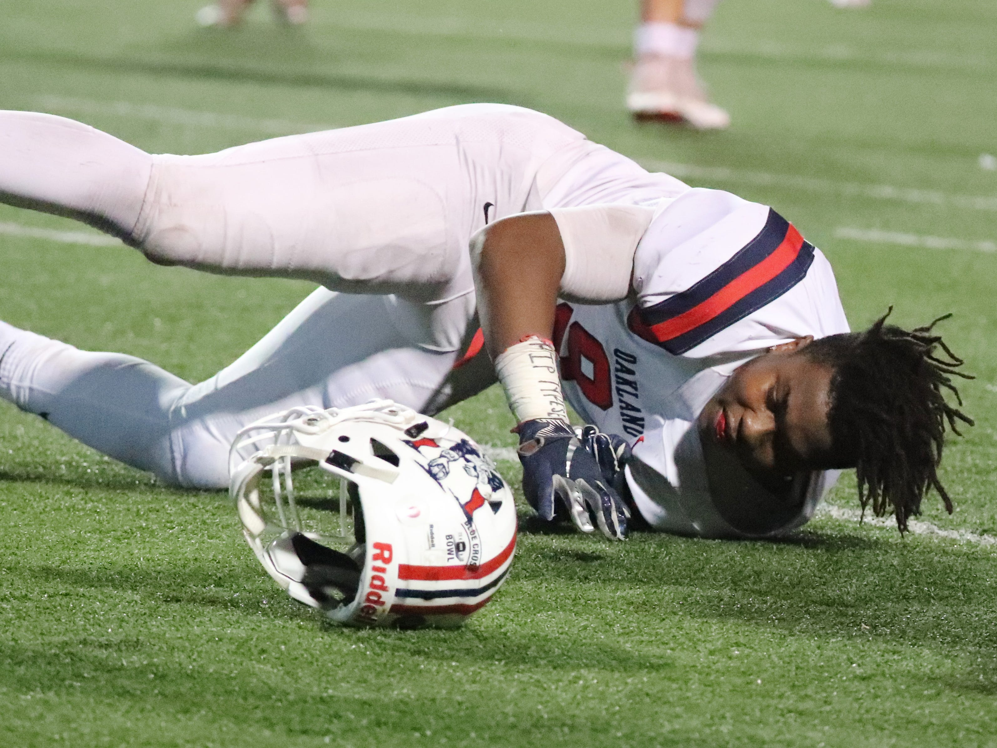 Oakland's Tekoy Randolph (9) just misses a catch and loses his helmet at the same time in the first half at the Class 6A BlueCross Bowl state championship at Tennessee Tech's Tucker Stadium in Cookeville, Tenn., on Thursday, Nov. 29, 2018.