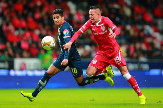 TOLUCA, MEXICO - NOVEMBER 29: Cecilio Dominguez (L) of America struggle for the ball against Rodrigo Salinas (R) of Toluca during the quarter finals first leg match between Toluca and America as part of the Torneo Apertura 2018 Liga MX at Nemesio Diez Stadium on November 29, 2018 in Toluca, Mexico. (Photo by Manuel Velasquez/Getty Images)