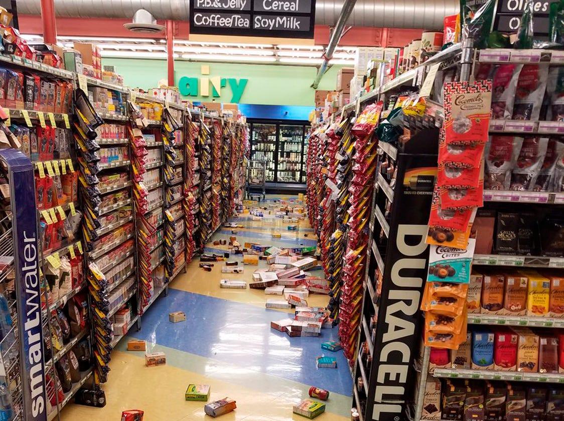 Esta foto proporcionada por David Harper muestra la mercancía que se cayó de los estantes durante un terremoto en una tienda en Anchorage, Alaska, el viernes 30 de noviembre de 2018. Los edificios y carreteras colapsadas el viernes por la mañana en Anchorage, por los terremotos consecutivos de 7.0 y 5.8, incitan a la gente a huir o buscar refugio debajo de los escritorios de sus oficinas , mientras que una alerta de tsunami hizo que algunos buscarán un lugar más alto.