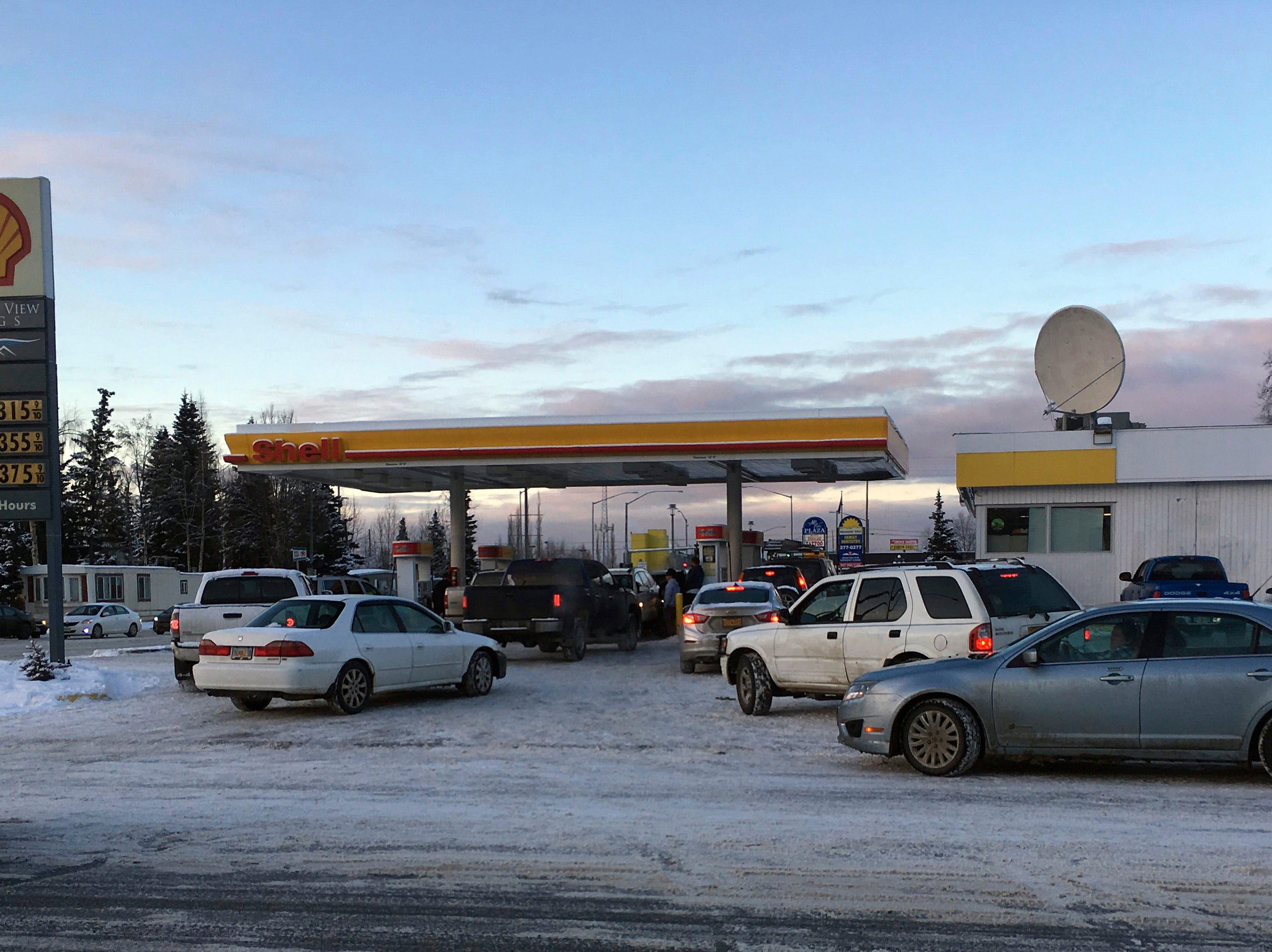 Automovilistas hacen fila para comprar gasolina en una estación abierta en Anchorage, el viernes 30 de noviembre de 2018. Los edificios y carreteras colapsadas el viernes por la mañana en Anchorage, por los terremotos consecutivos de 7.0 y 5.8, incitan a la gente a huir o buscar refugio debajo de los escritorios de sus oficinas , mientras que una alerta de tsunami hizo que algunos buscarán un lugar más alto.  Dan Joling, AP