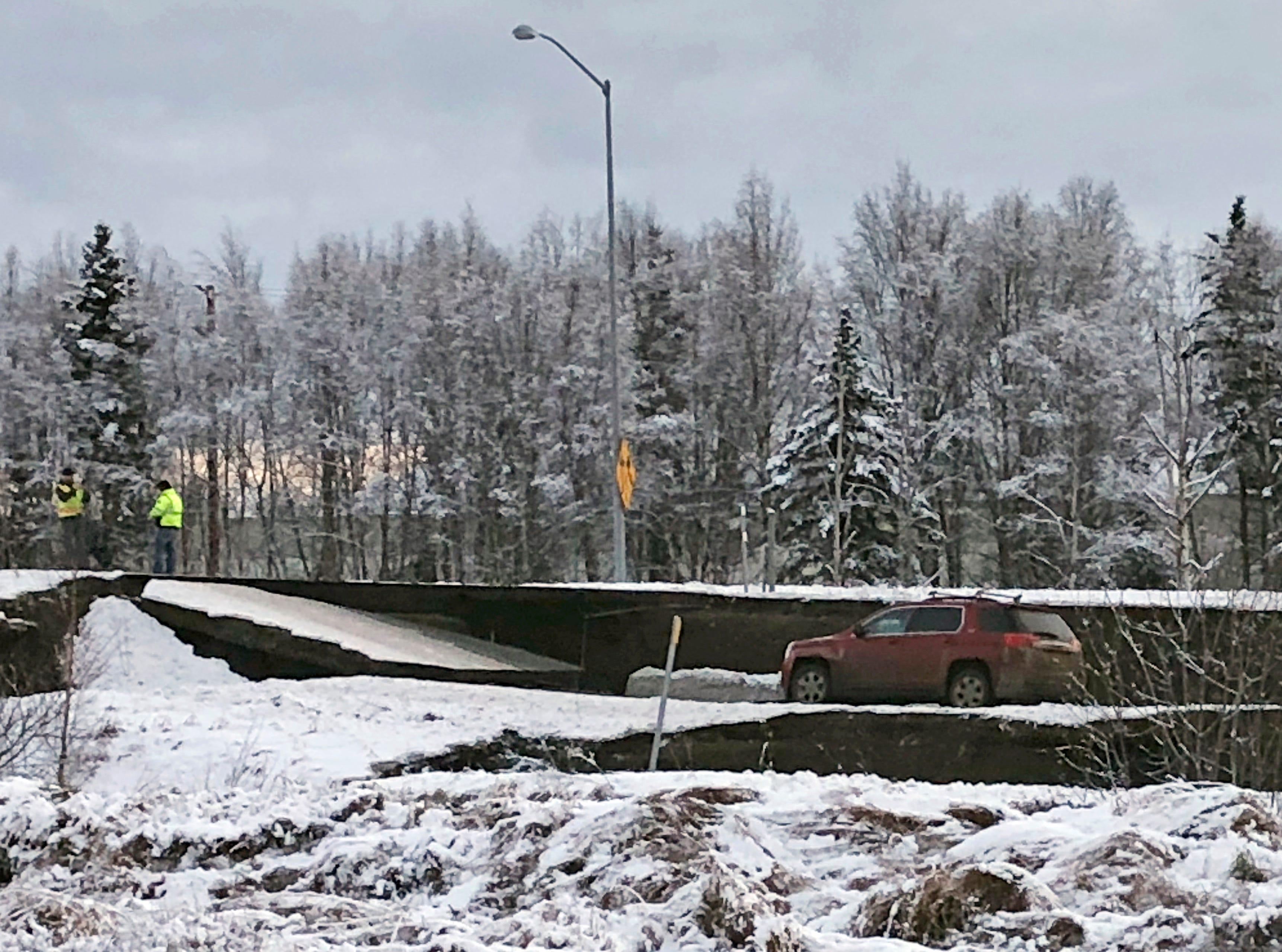Un automóvil está atrapado en una sección colapsada de la rampa de salida de Minnesota Drive en Anchorage, el viernes 30 de noviembre de 2018.Los edificios y carreteras colapsadas el viernes por la mañana en Anchorage, por los terremotos consecutivos de 7.0 y 5.8, incitan a la gente a huir o buscar refugio debajo de los escritorios de sus oficinas , mientras que una alerta de tsunami hizo que algunos buscarán un lugar más alto.