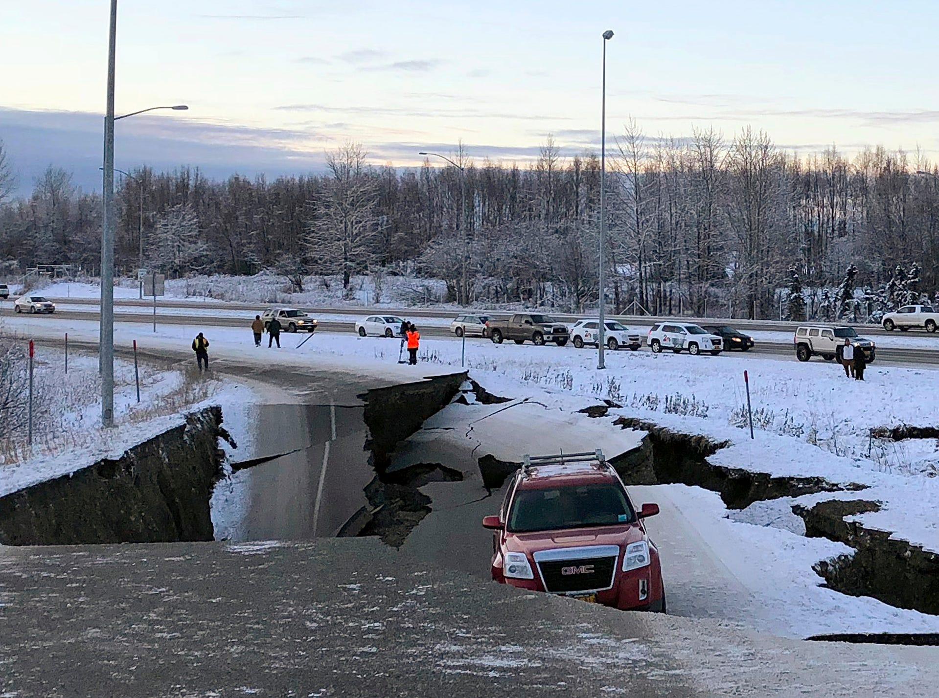 Un automóvil está atrapado en una sección colapsada de la rampa de salida de Minnesota Drive en Anchorage, el viernes 30 de noviembre de 2018. Los edificios y carreteras colapsadas el viernes por la mañana en Anchorage, por los terremotos consecutivos de 7.0 y 5.8, incitan a la gente a huir o buscar refugio debajo de los escritorios de sus oficinas , mientras que una alerta de tsunami hizo que algunos buscarán un lugar más alto.  Dan Joling, AP