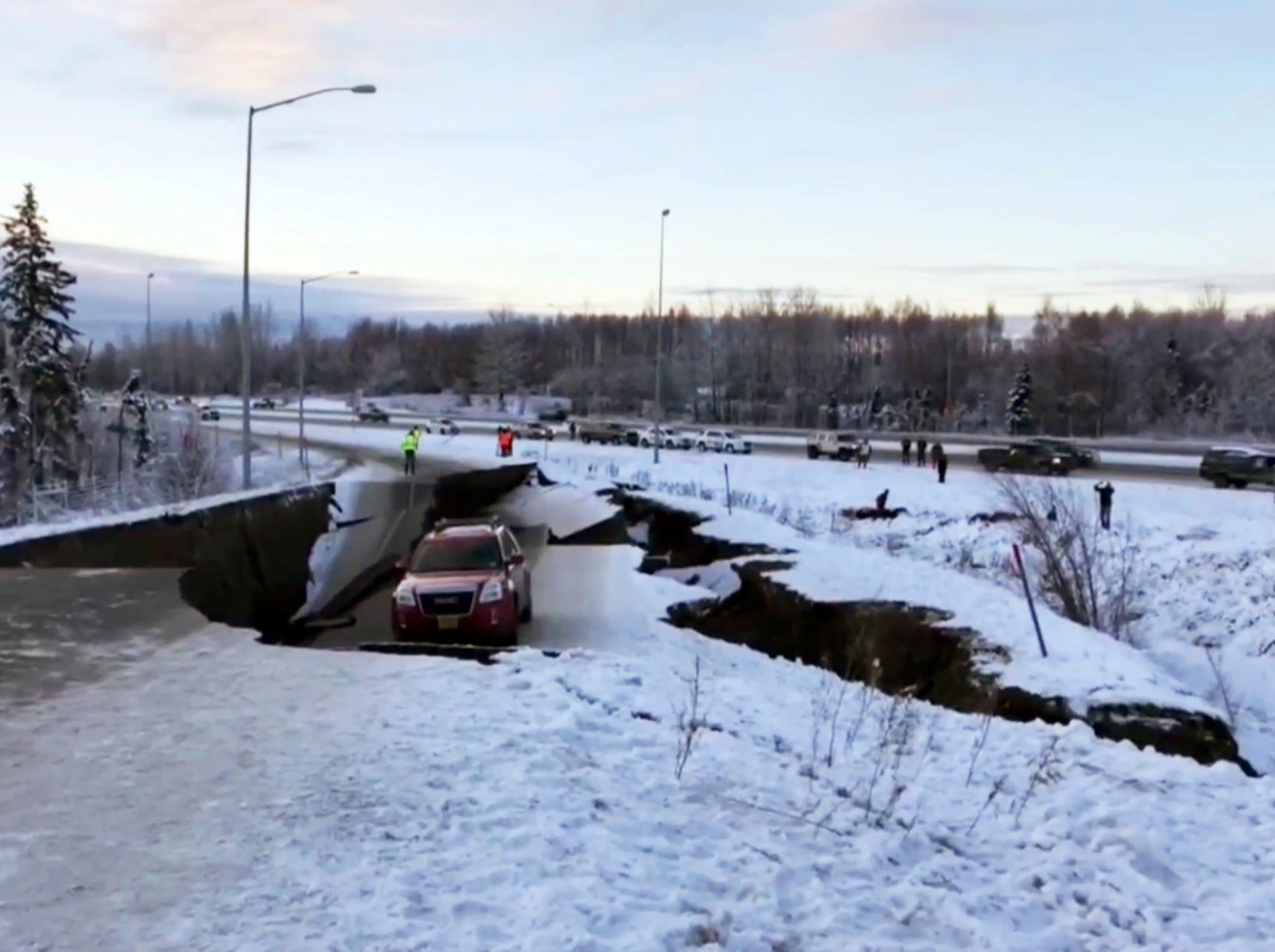 Un automóvil quedó atrapado en una sección colapsada de la rampa de la entrada en Anchorage, el viernes 30 de noviembre de 2018. Los edificios y carreteras colapsadas el viernes por la mañana en Anchorage, por los terremotos consecutivos de 7.0 y 5.8, incitan a la gente a huir o buscar refugio debajo de los escritorios de sus oficinas , mientras que una alerta de tsunami hizo que algunos buscarán un lugar más alto.