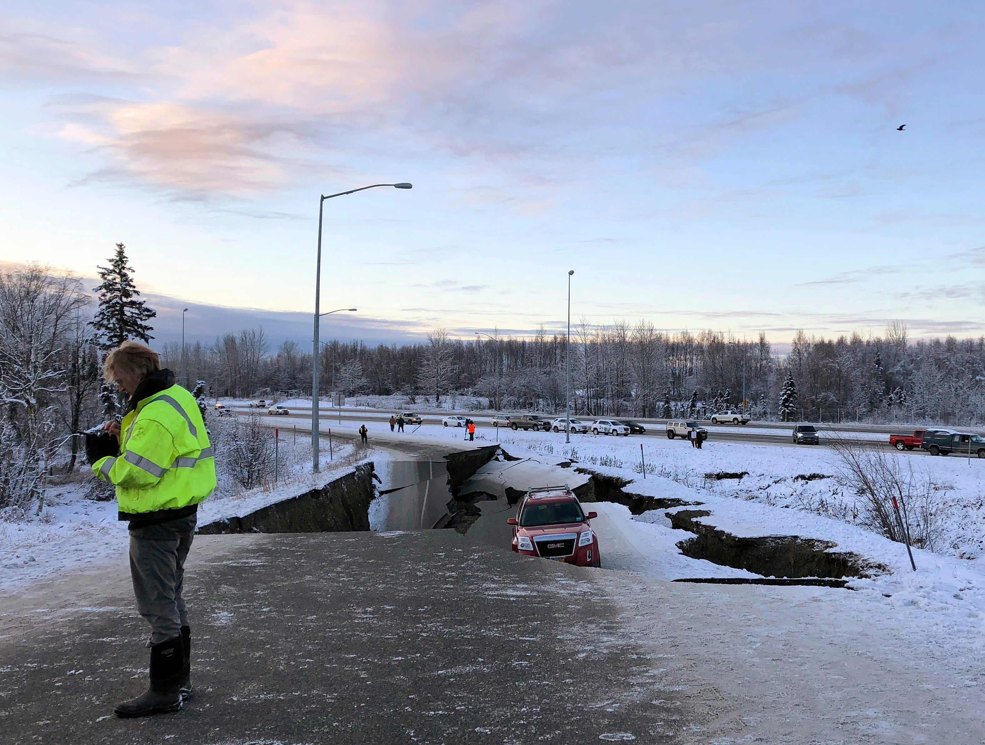 Un automóvil está atrapado en una sección colapsada de la rampa de salida de Minnesota Drive en Anchorage, el viernes 30 de noviembre de 2018. Los edificios y carreteras colapsadas el viernes por la mañana en Anchorage, por los terremotos consecutivos de 7.0 y 5.8, incitan a la gente a huir o buscar refugio debajo de los escritorios de sus oficinas , mientras que una alerta de tsunami hizo que algunos buscarán un lugar más alto.