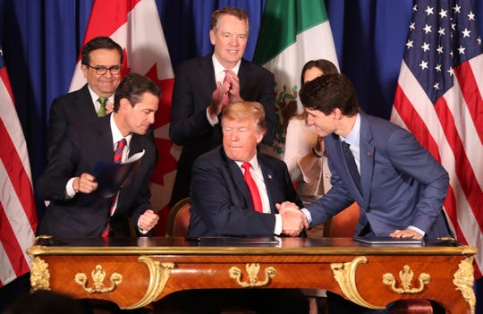 El presidente de México Enrique Peña Nieto (izq.), El mandatario de EEUU Donald Trump (centro) y el Primer Ministro de Canadá Justin Trudeau firman el T-MEC, acuerdo comercial que reemplazará al TLCAN.