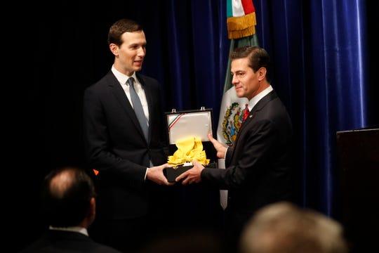El presidente Enrique Peña Nieto otorga la condecoración Águila Azteca, el máximo galardón que México da a un extranjero, a Jared Kushner.