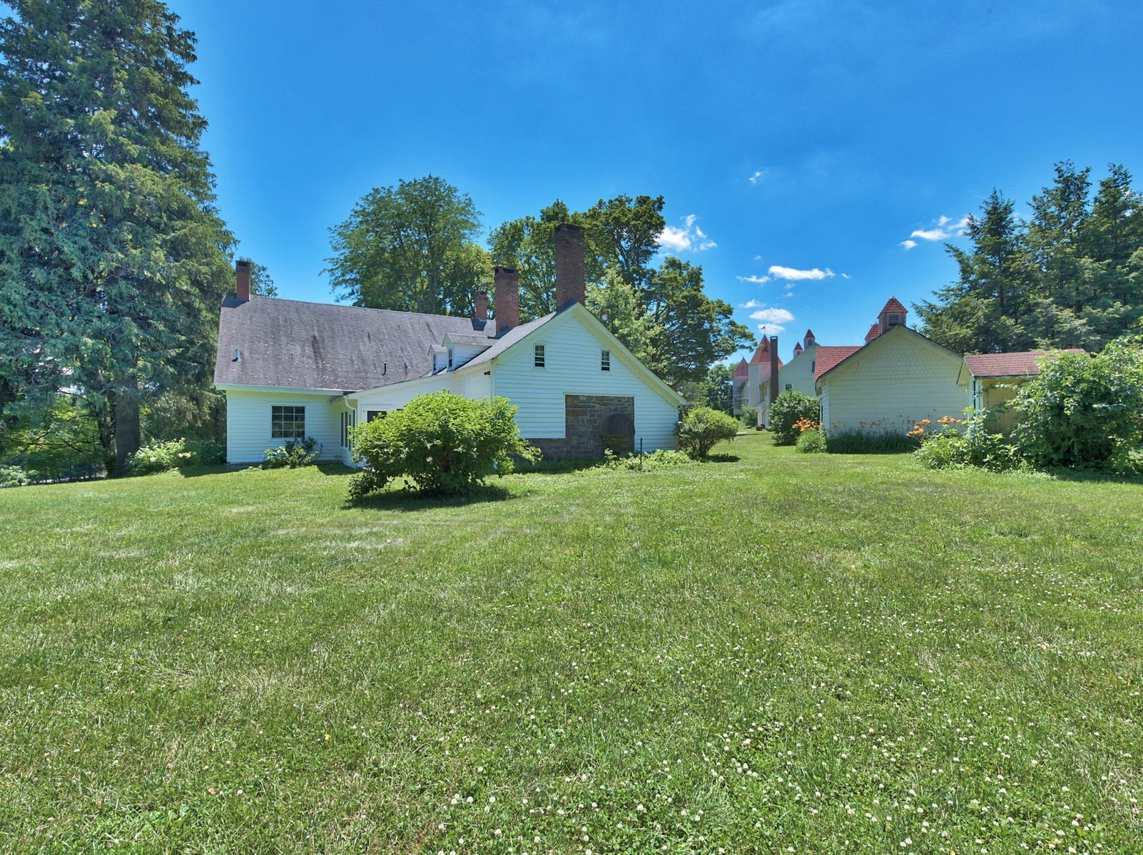 Built in the mid 1780s and also known as The John I. Crawford Farm, Hopewell Farm in Ulster County it is one of the best preserved farms from that time and remains an iconic landmark in the town of Crawford.