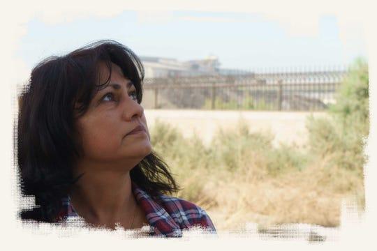 Blanca Ramírez posa afuera de la fábrica de acero Grupo Simec cerca de Mexicali. Dice que últimamente la planta ha estado despidiendo más humo.