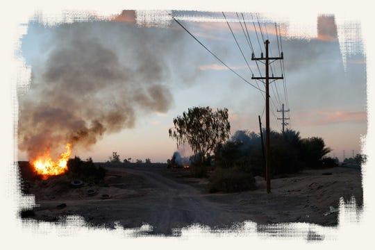 Humo brota de la quema de basura junto a la fábrica de acero del Grupo Simec en una zona agrícola al sureste de Mexicali.