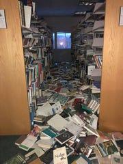 En esta imagen se observa los daños que el terremoto de 7.0 grados ocasionó en una biblioteca.