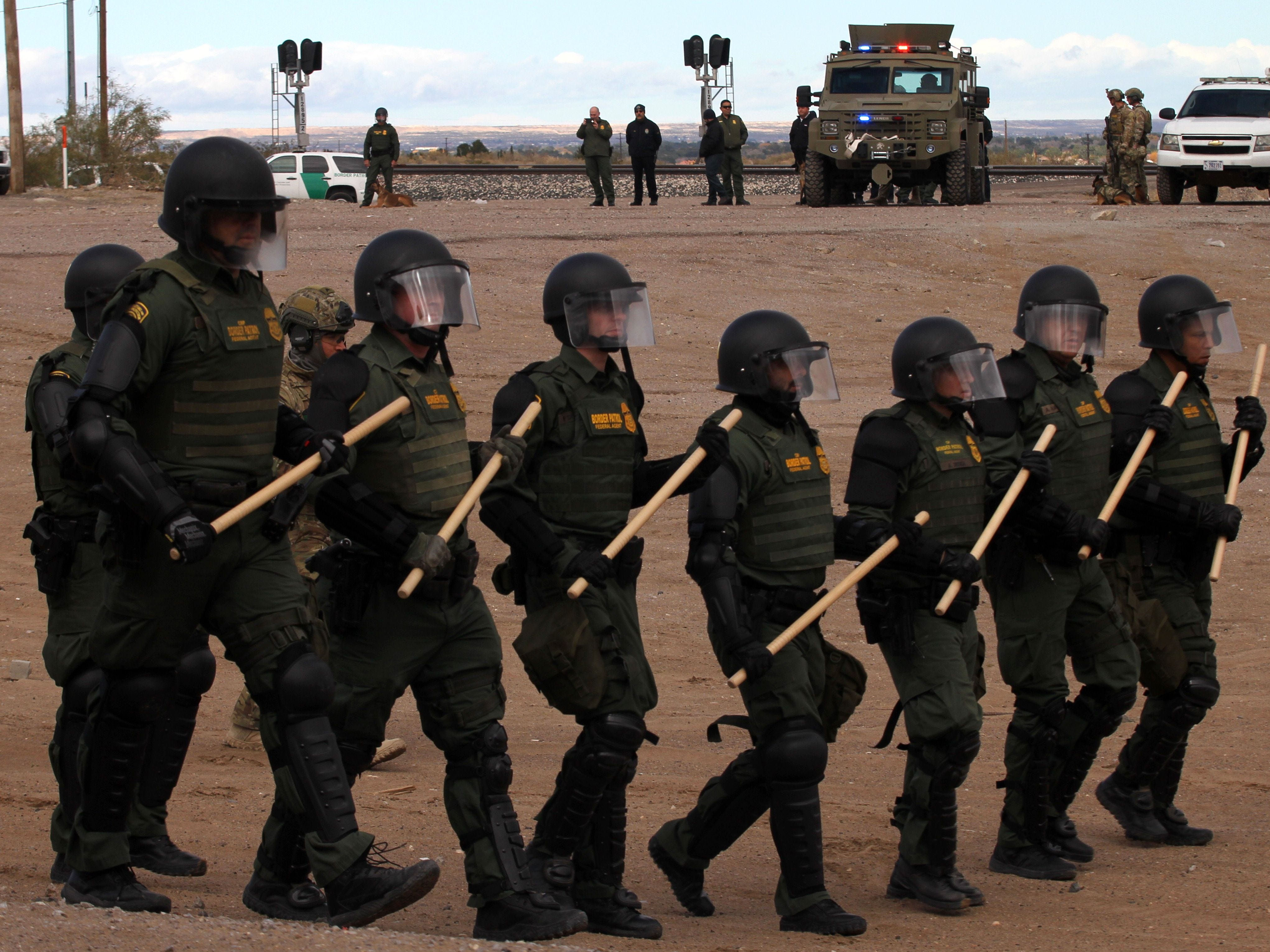 "Members of the US border patrol take part in a drill in Sundland Park, United States, on Nov. 30, 2018, as seen from Tijuana, in the Mexico-US border. - Approximately 5,600 active-duty troops -part of a contentious mission ordered by President Donald Trump- are currently supporting to assist short-handed border patrol agents deal with the arrival of large groups of migrants in so-called ""caravans""."