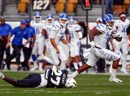 Memphis Tigers running back Darrell Henderson (8) runs for a touchdown past UCF Knights defensive back Richie Grant (27) during the first quarter against the UCF Knights at Spectrum Stadium.