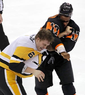 Wayne Simmonds fought the 6-foot-7, 255-pound Jamie Oleksiak to spark the Flyers back into the game Saturday.