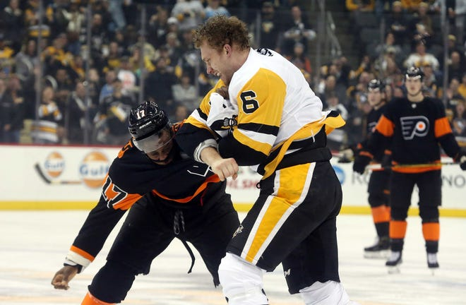 Wayne Simmonds' first period fight against the much bigger Jamie Oleksiak was what the Flyers credited with turning Saturday night's game around.