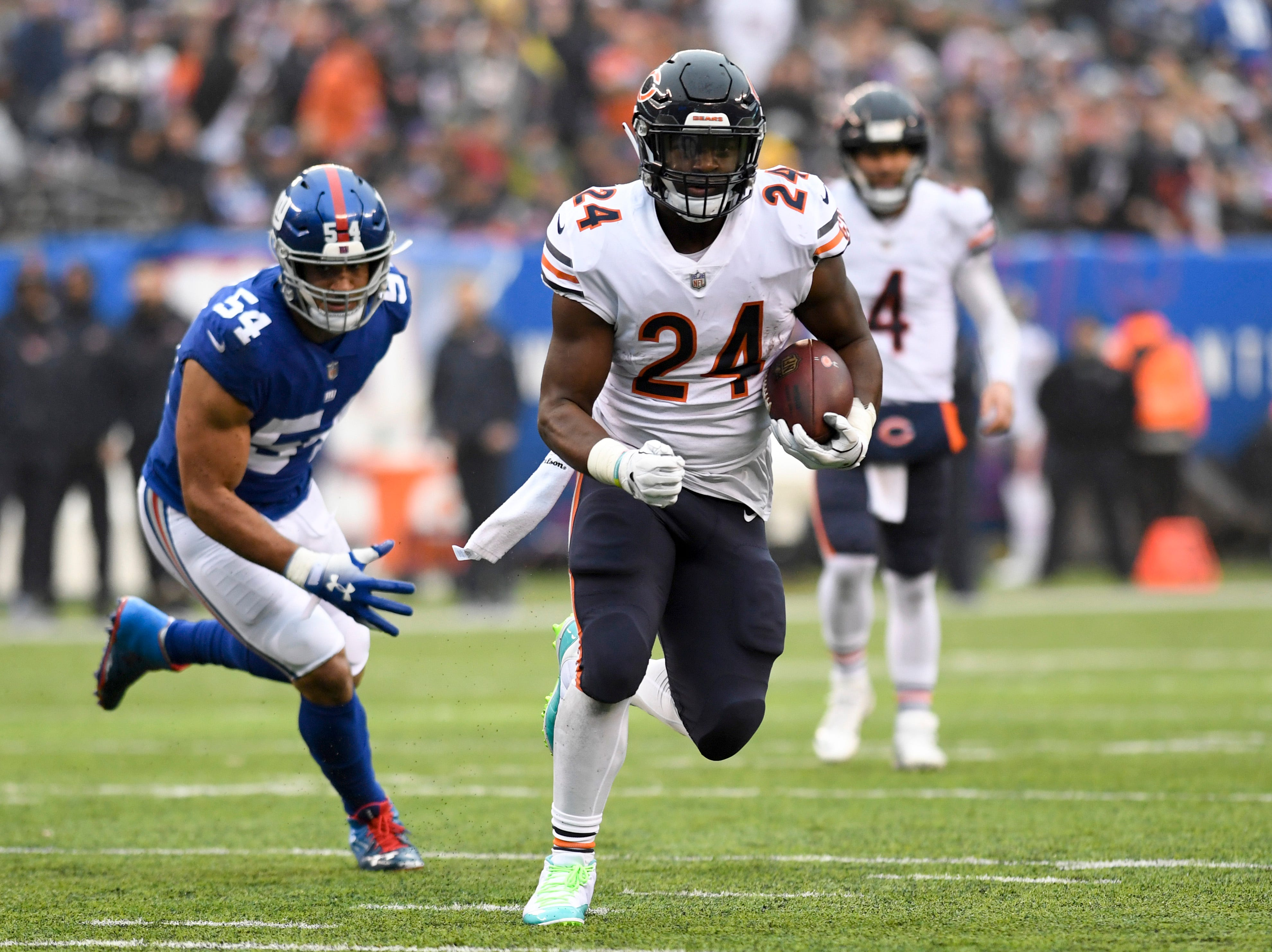 Chicago Bears running back Jordan Howard (24) rushes against the Giants in the first half. The New York Giants face the Chicago Bears on Sunday, Dec. 2, 2018, in East Rutherford.