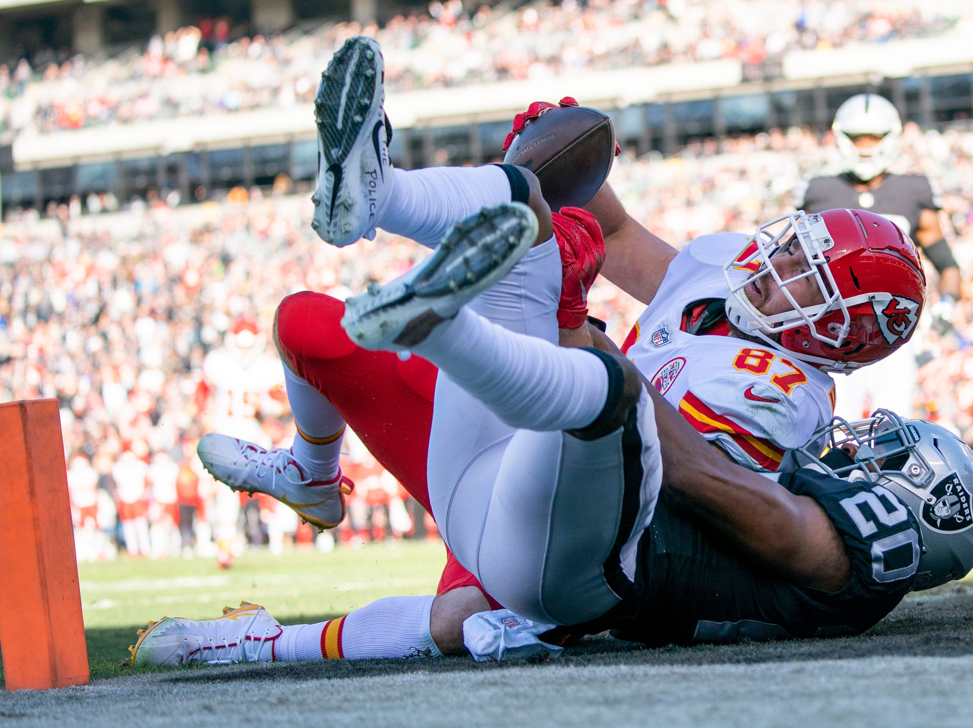 Chiefs tight end Travis Kelce scores a touchdown agains Raiders cornerback Daryl Worley in the first quarter.