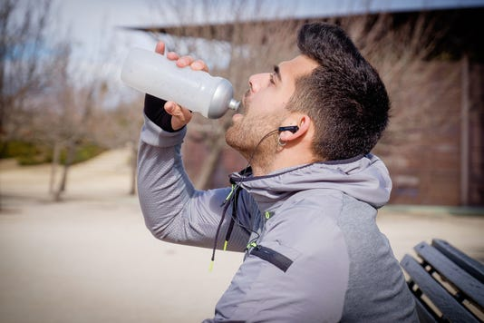 Hydrating and regularly replenishing nutrients during physical activity in the cold are pivotal.